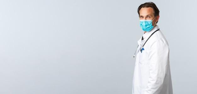 Covid-virus-gesundheitspersonal und impfkonzeptprofil eines professionellen männlichen arztes in der medizin...