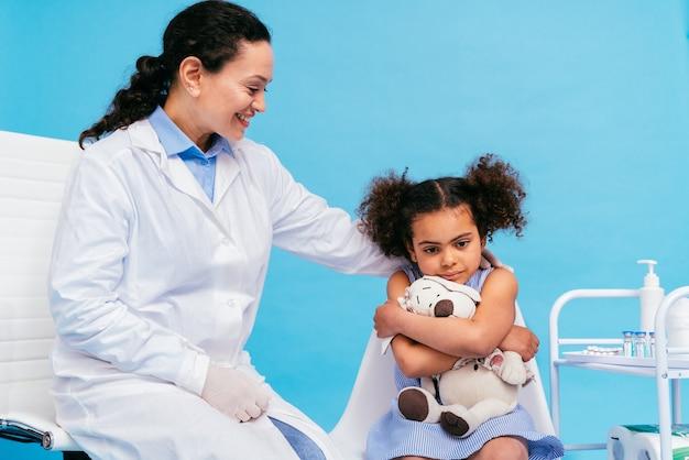 Covid19-coronavirus-impfkampagne in einer klinik menschen, die von einem arzt und einer krankenschwester geimpft werden, um den ausbruch des corona-virus in einer impfstelle zu verhindern