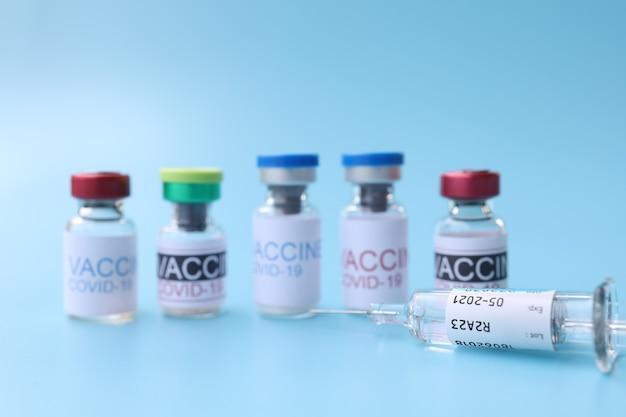 Covid19-impfstoffe vor dem blauen hintergrund