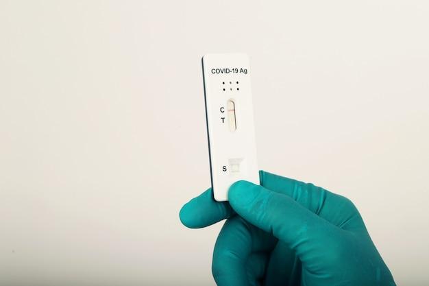 Covit-test mit einem teststreifen für die behandlungsgenauigkeit