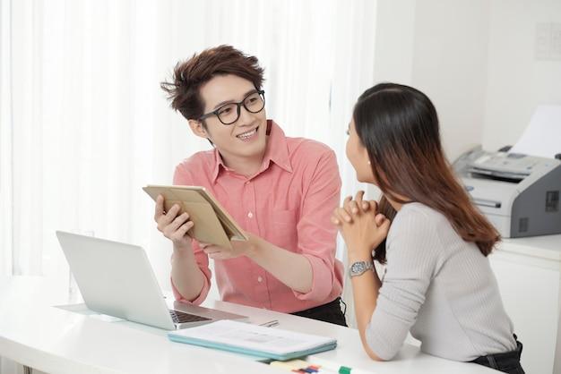 Coworking mann und frau mit geräten