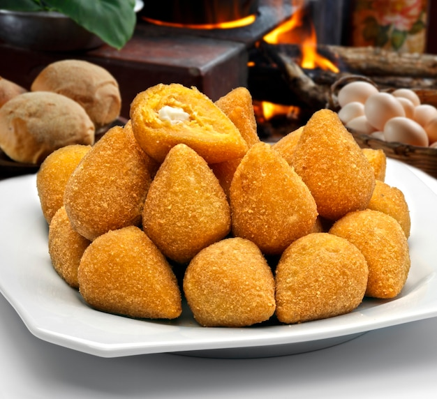 Coxinha de galinha - brasilianischer frittierter hühnchensnack, beliebt bei lokalen partys. serviert mit chilisauce.