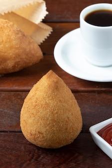 Coxinha von hühnchen, traditioneller brasilianischer snack.