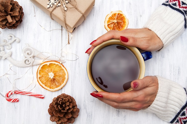 Cp kaffee in den händen eines mädchens in einem pullover