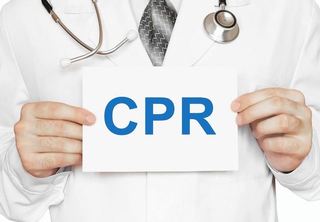 Cpr kardiopulmonale wiederbelebungskarte in händen des arztes
