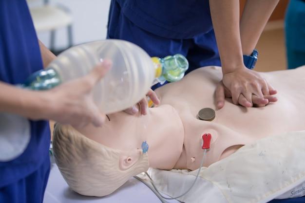 Cpr-training medizinische verfahren, auf cpr-puppe in der klasse