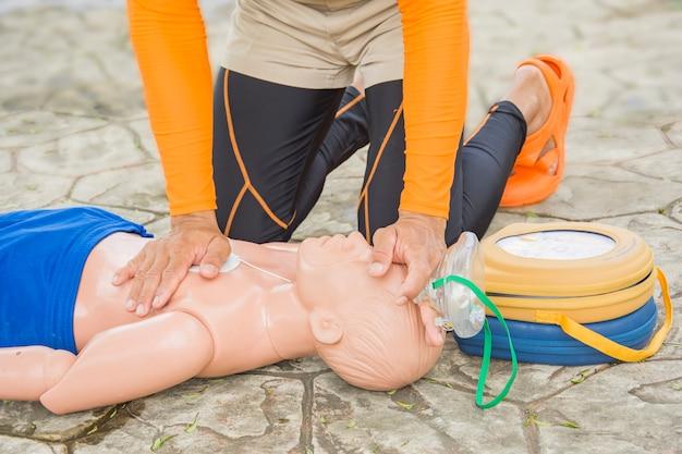 Cpr und aed training opfer kind ertrinken