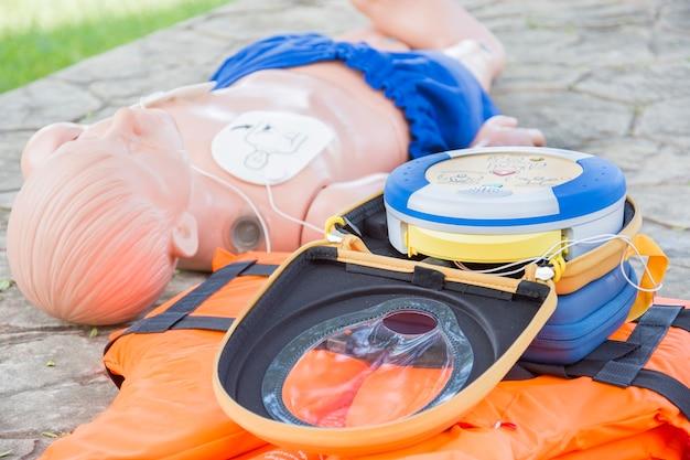 Cpr- und aed-trainingskinder-dummy-ertrinkungsfall