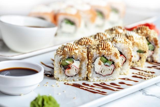 Crab maki frischkäse gurke reis sesam ingwer wasabi seitenansicht