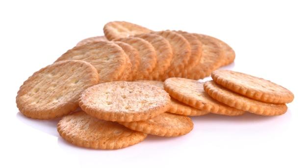 Cracker auf einer weißen oberfläche