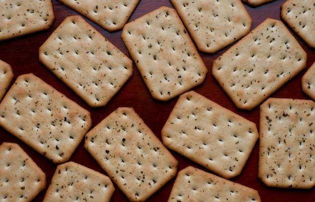 Cracker auf holztisch