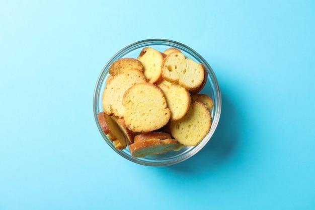 Cracker. biersnacks auf blau, platz für text. draufsicht