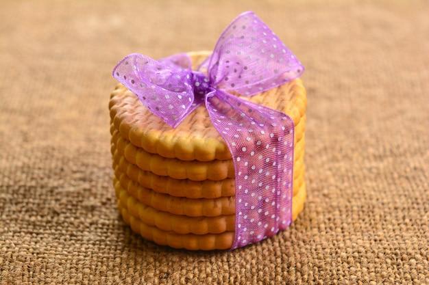 Cracker cookies auf holztisch