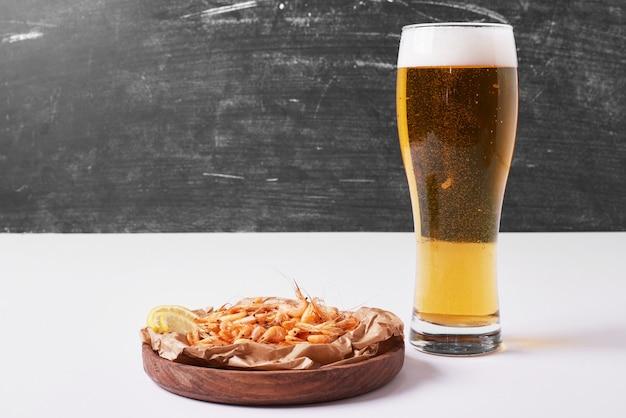 Cracker mit bier auf weiß.