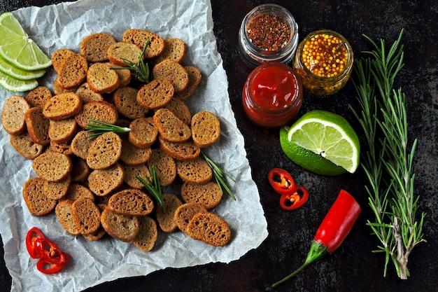 Cracker mit gewürzen und saucen.