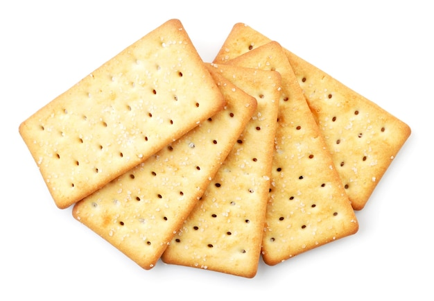Cracker mit salz hautnah auf weißem hintergrund, isoliert. die aussicht von oben