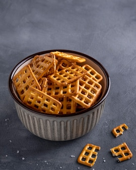 Cracker mit salz in einer schüssel.