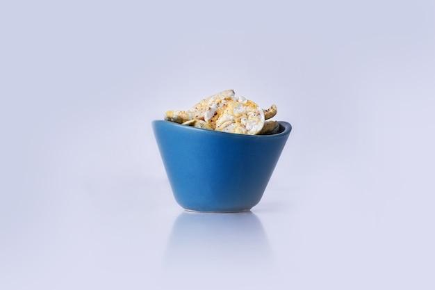 Cracker mit saurer sahne in einer blauen schüssel auf grau