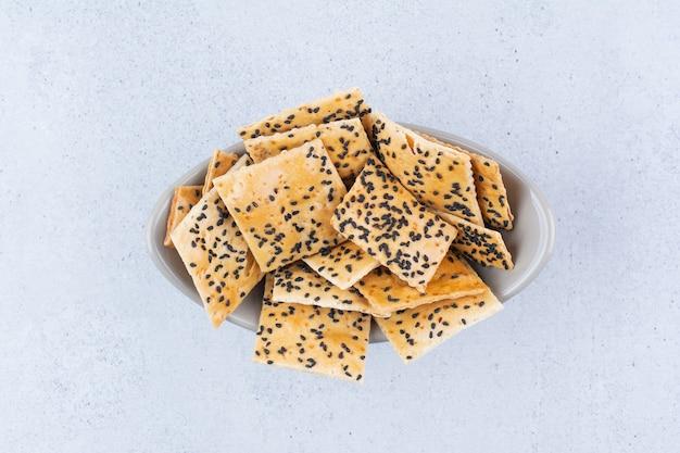 Cracker mit schwarzem sesam in der schüssel.