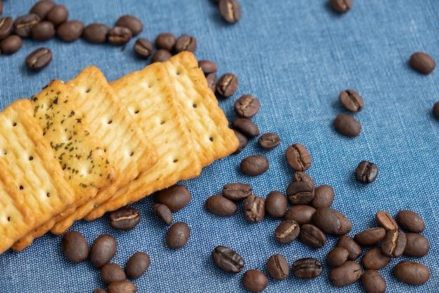 Cracker und kaffeebohnen auf blauem stoff