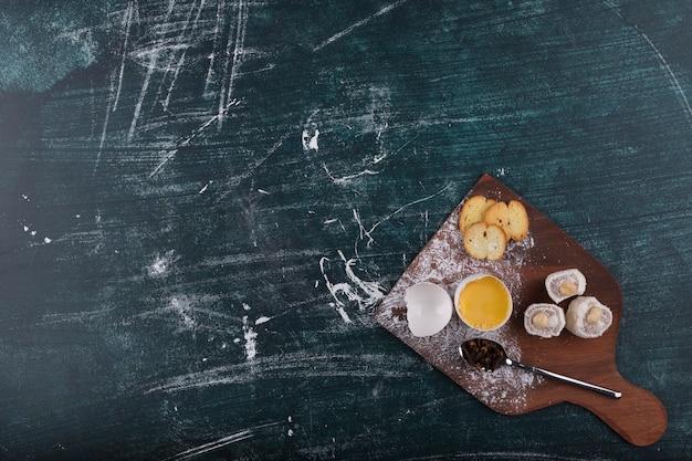 Cracker und köstlichkeiten mit eigelb
