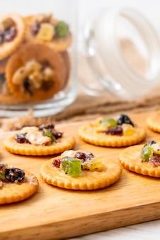 Crackerkeks mit getrockneten früchten