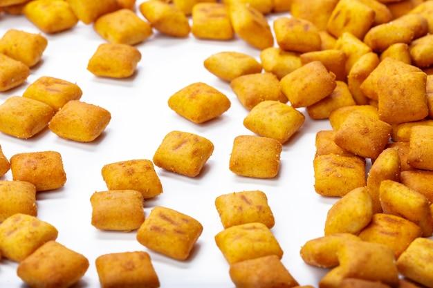 Crackerplätzchen getrennt auf weiß