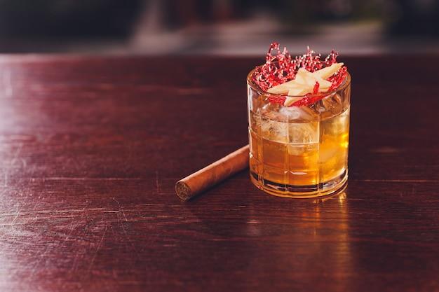 Craft cocktail hour in der hipster bar.