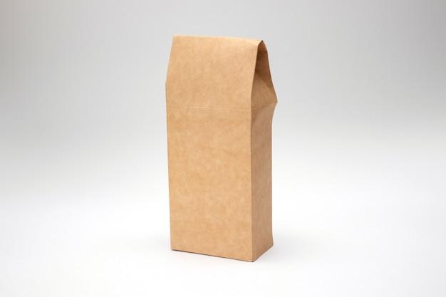 Craft-papier-pack isoliert auf weißem hintergrund. verpackung aus brauner papiertüte