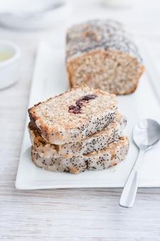 Cranberries und lemon loaf pound cake mit vollkornmehl. veganes essen.