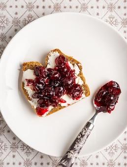 Cranberry marmelade und frischkäse toast auf weißem teller