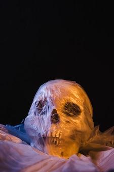 Cranium in der plastiktasche belichtet durch orange und blaues licht