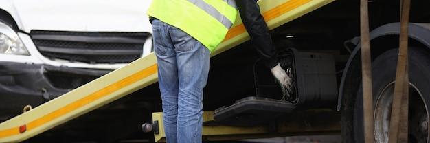 Crashed auto auf abschleppwagen nahaufnahme geladen. verkehrsausfallkonzept