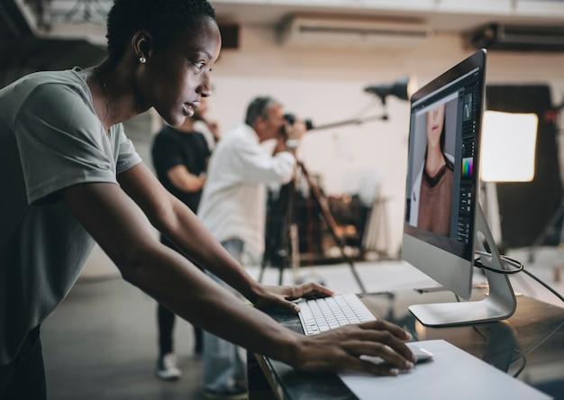 Creative überprüft die aufnahme auf dem monitor