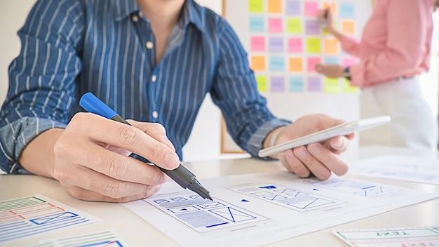 Creative web designer planungsanwendung und entwicklung des vorlagenlayouts, framework für mobiltelefone. user experience (ux) -konzept.