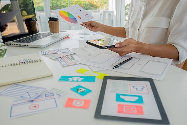 Creative web designer planungsanwendung und entwicklung des vorlagenlayouts, rahmen für mobiltelefone. user experience (ux) -konzept.