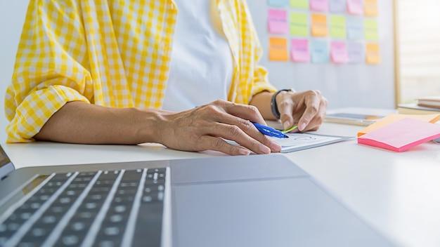 Creative web designer planungsanwendung und entwicklung von vorlagenlayout, framework für mobiltelefon. benutzererfahrung (ux)