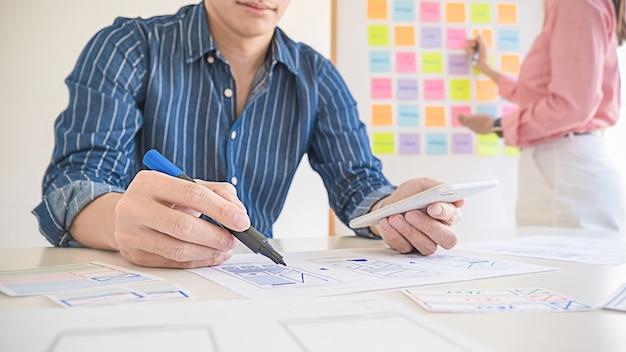 Creative web designer planungsanwendung und entwicklung von vorlagenlayouts, frameworks für mobiltelefone. konzept der benutzererfahrung (ux).