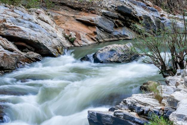 Creek fließt über die felsen