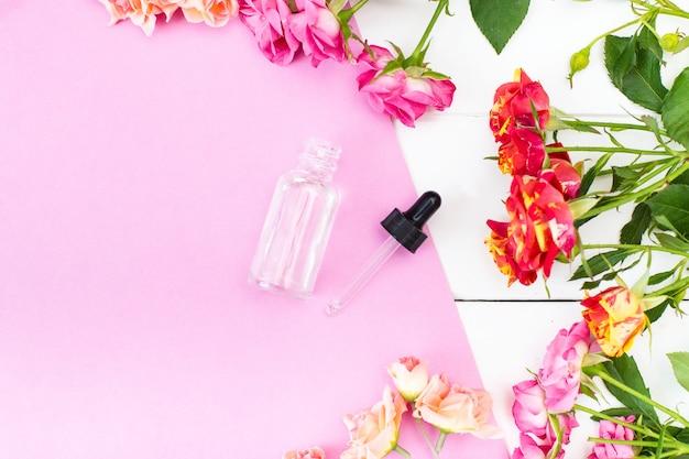 Crema skincare cosmetics essence auf einem rosa und weißen schreibtisch