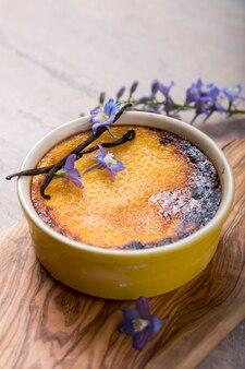 Crème brûlée traditionelles französisches vanillecreme-dessert