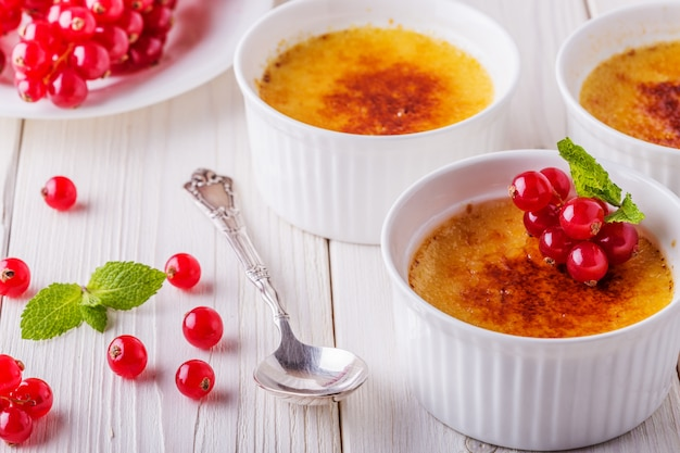 Creme brulee - traditionelles französisches vanillecreme-dessert.