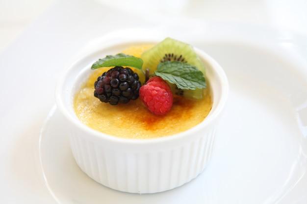 Crème brûlée. traditionelles französisches vanillecremedessert mit früchten
