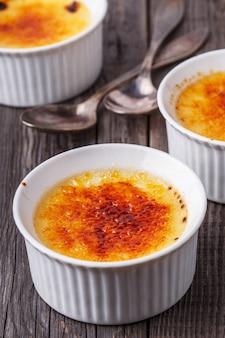 Creme brulee - traditionelles französisches vanillecremedessert mit karamellisiertem zucker obendrauf.