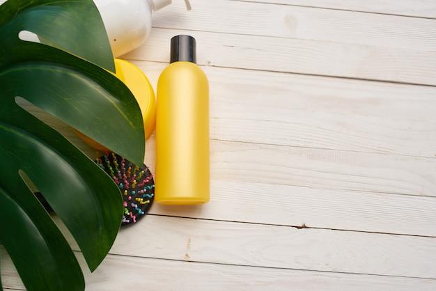Creme-kosmetik-hautpflege grüner blatt-holz-hintergrund