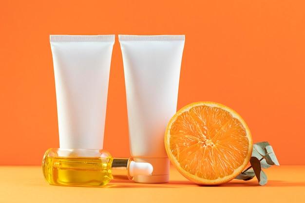 Cremebehälter mit orangefarbenem hintergrund