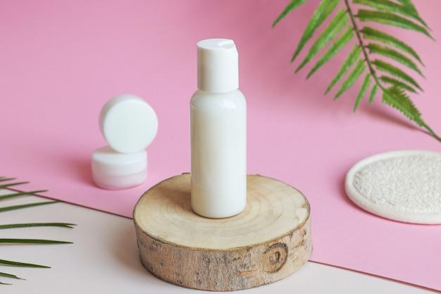 Cremedosen für körper und gesicht in weißen tuben auf einer holzschnittnahaufnahme schönheits- und kosmetikkonzept