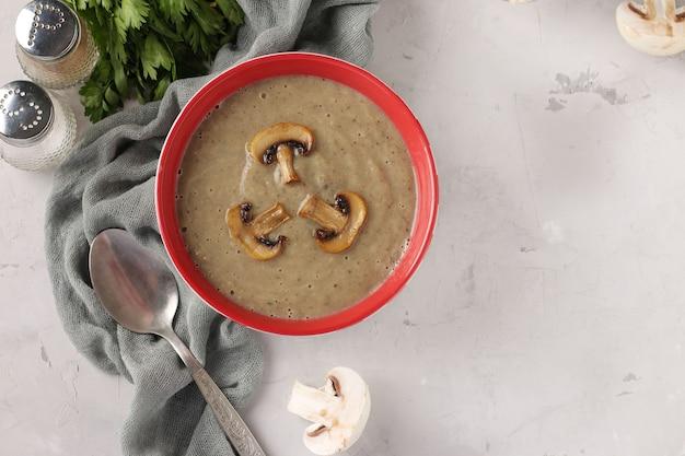 Cremesuppe aus champignons auf hellgrauem hintergrund, querformat, platz für text