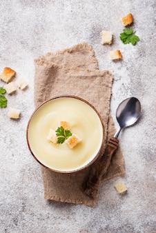 Cremesuppe mit blumenkohl und crouton
