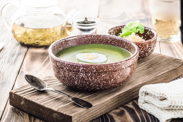 Cremesuppe mit grünem blattsalat, spinat und käse pürieren